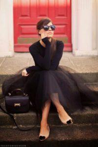 черное платье на красном