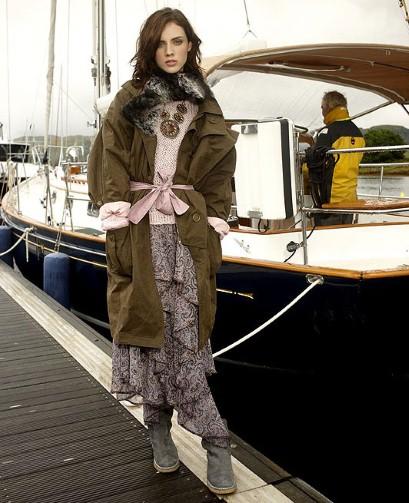 Как носить длинное платье зимой