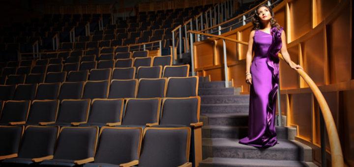 Нужно ли в театр вечернее платье