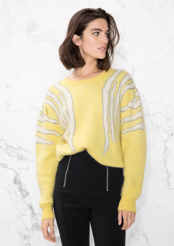 Красивый желтый свитер