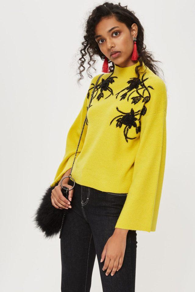 Желтый свитер с декором